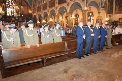 zolnierze-SWAP-z-Jersey-City-i-goscie-przed-oltarzem-od-lewej-Franciszek-Piwowarczyk-Ryszard-Bąk-Bogdan-Chmielewski-i-konsul-Mateusz-Gmura