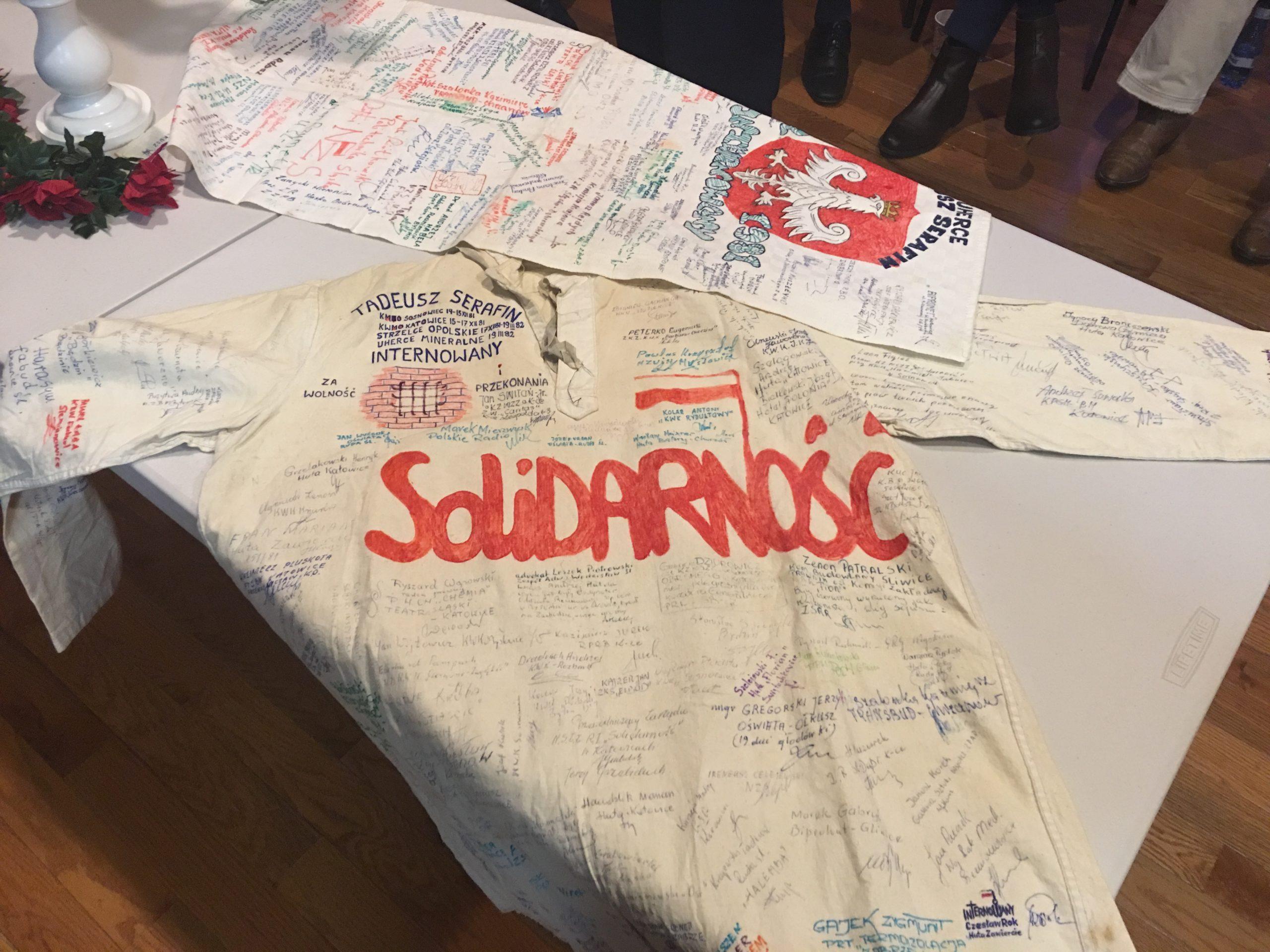 38 lat temu Polska stanęła w obliczu wewnętrznej walki, kiedy tuż po II Wojnie Światowej reżimowy system zniewolił ponownie dumny polski naród, tak bardzo kochający swoją wolność. Komunistyczne siły za wszelką cenę chciał utrzymać władzę, czas został wybrany nieprzypadkowo. Grudzień był i jest w świadomości Polaków okresem szczególnym to czas gorących przygotowań do zbliżających się świat Bożego Narodzenia. 13 grudzień 1981